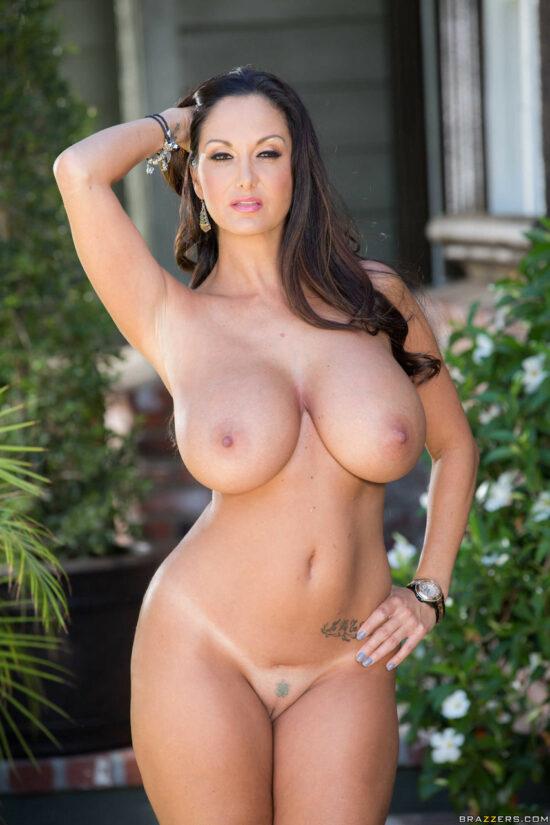 Coroa gostosa com peitões grandes em fotos de nudez