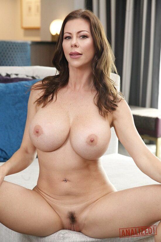 Coroa solteira gostosona em fotos de nudez absoluta