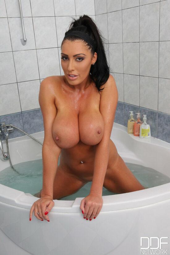 Mulher cavala toda nua em fotos quentes no banheiro