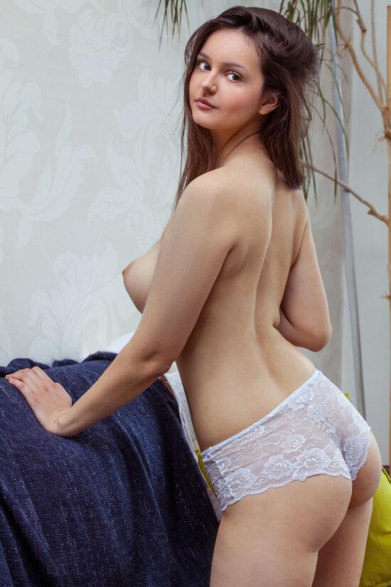 Novinha peituda com buceta cabeluda toda nua em fotos