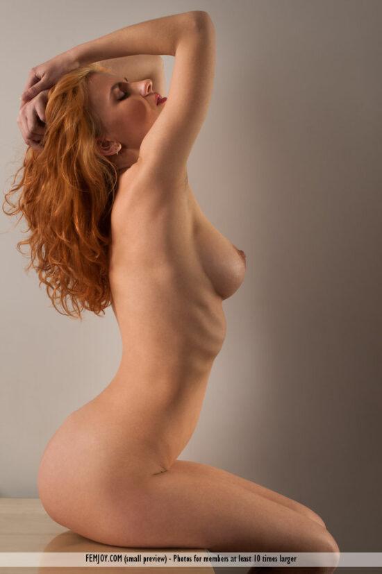 Ruiva novinha com buceta carnuda se exibindo em fotos