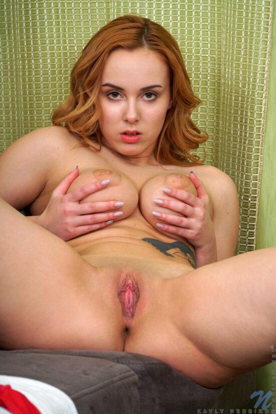 Ruiva nua gostosa se masturbando em fotos picantes