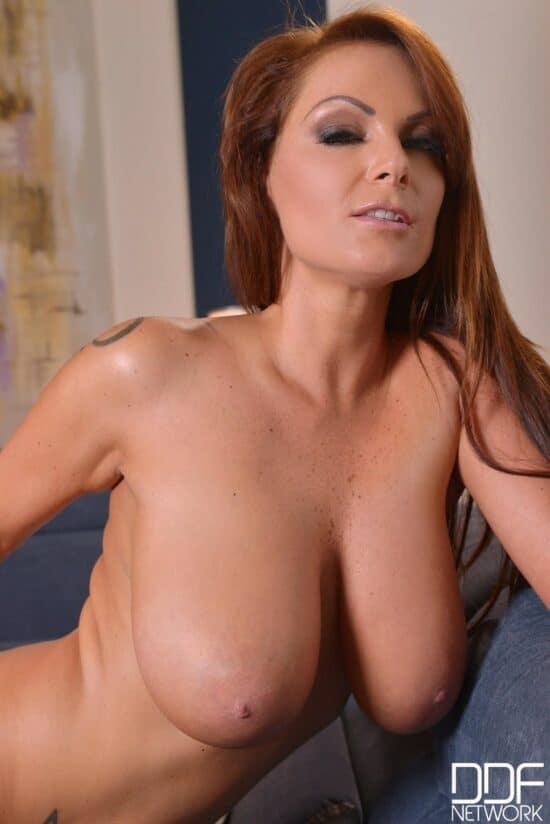 Ruiva peituda pelada se masturbando em fotos grátis