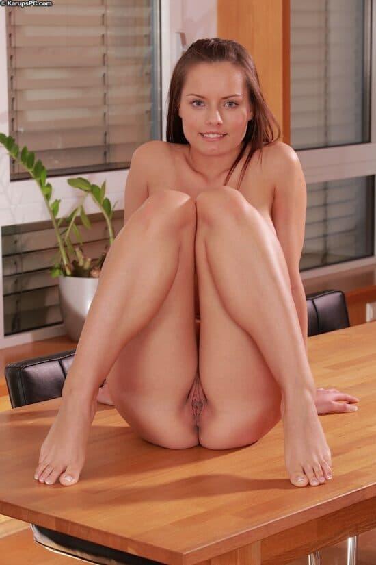 Novinha baixinha com seios lindos e buceta lisa