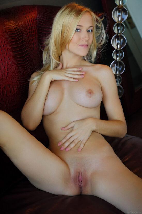 Novinha gostosa e safadinha em fotos de nudez