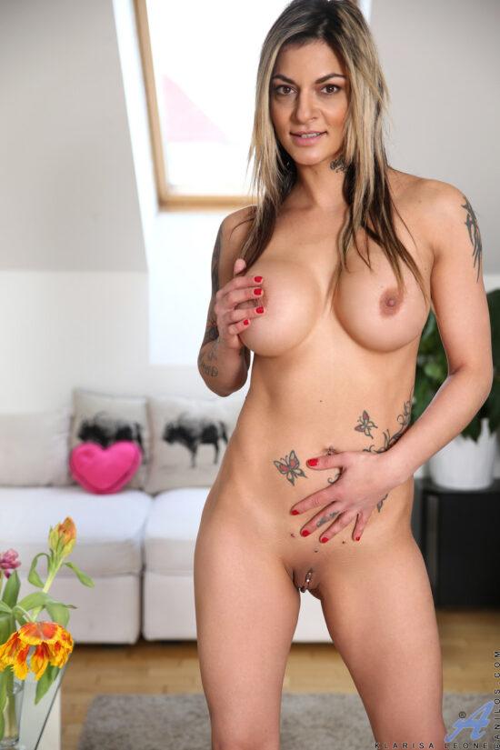 Famosa do pornô em fotos pelada mostrando a bucetona
