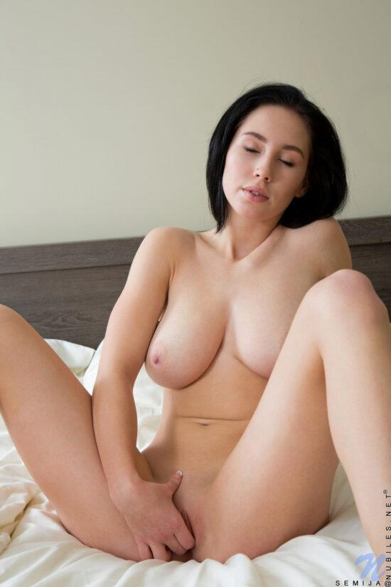 Fotos de branquinha peituda masturbando a buceta