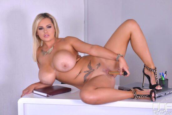 Super fotos grátis de loira peituda pelada se masturbando