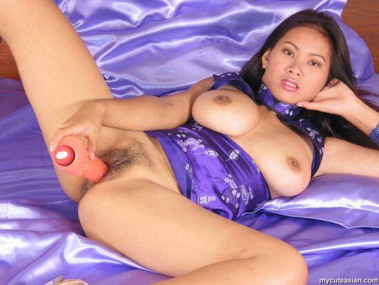 Fotos de asiática peluda se masturbando