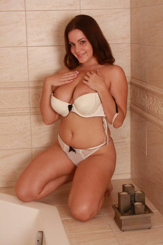 Fotos na banheira com ruiva de peitões naturais