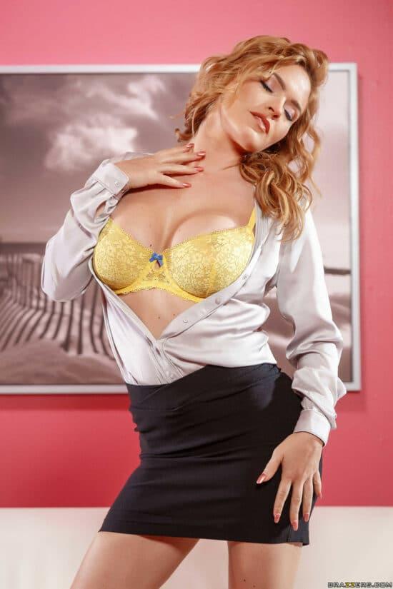 Ruiva sexy provocante em ensaio sensual fotografico