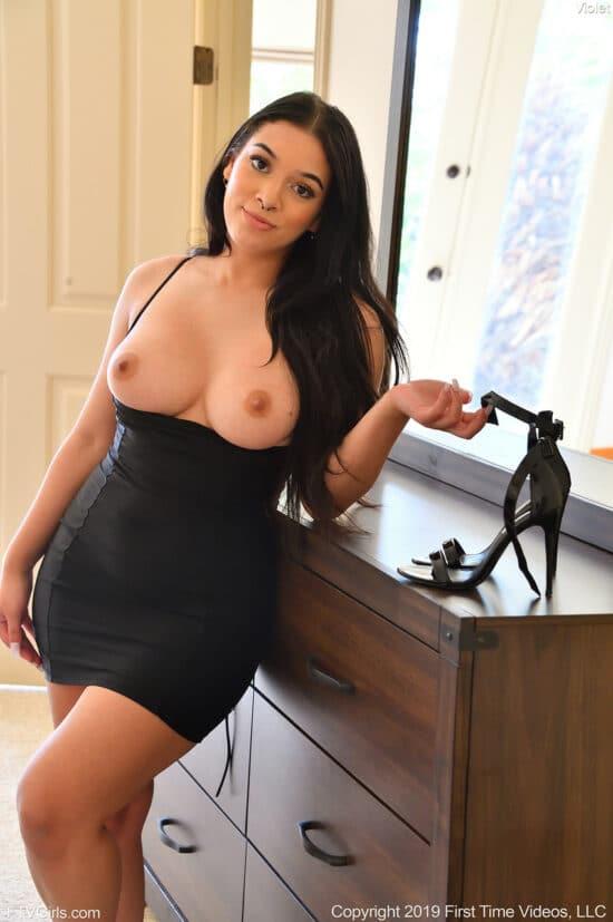 Morena dos peitos lindos se masturbando com consolo