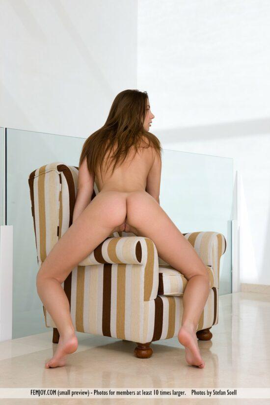 Novinha peituda com pelinhos na buceta