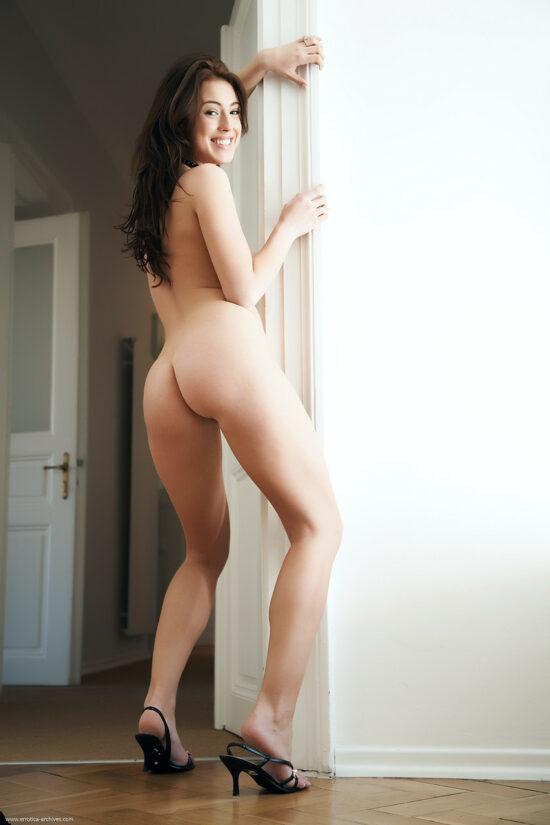 Japonesinha peituda se exibindo em fotos pelada