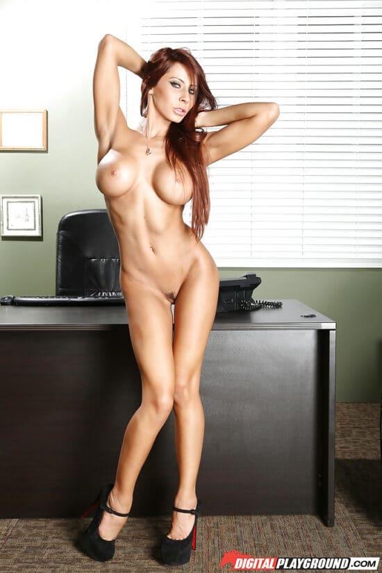 Secretária ruiva e gostosa pelada