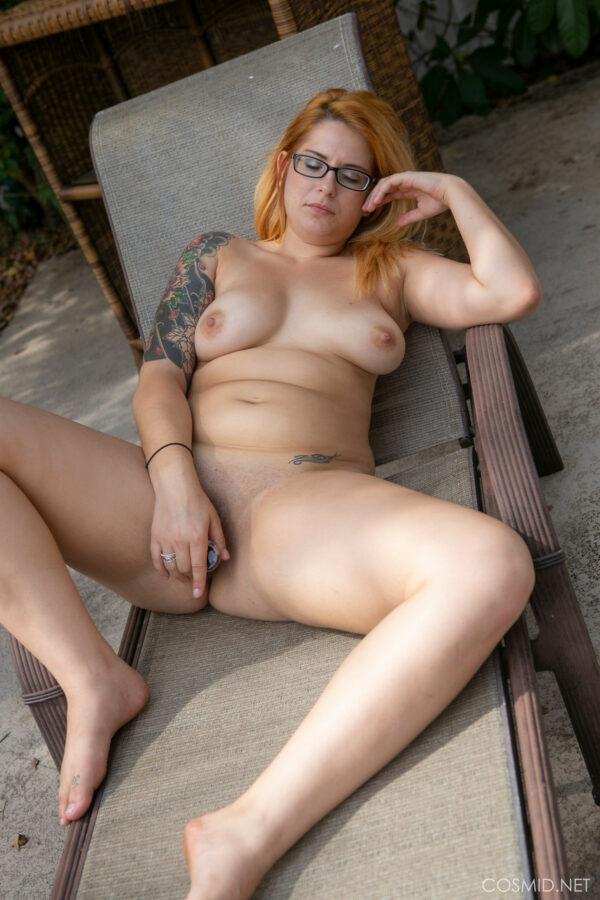 Loira gordinha tatuada se masturbando
