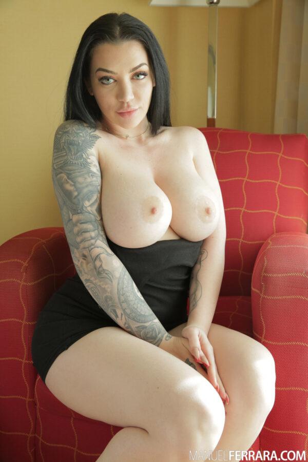 Morena peituda do corpo tatuado pelada