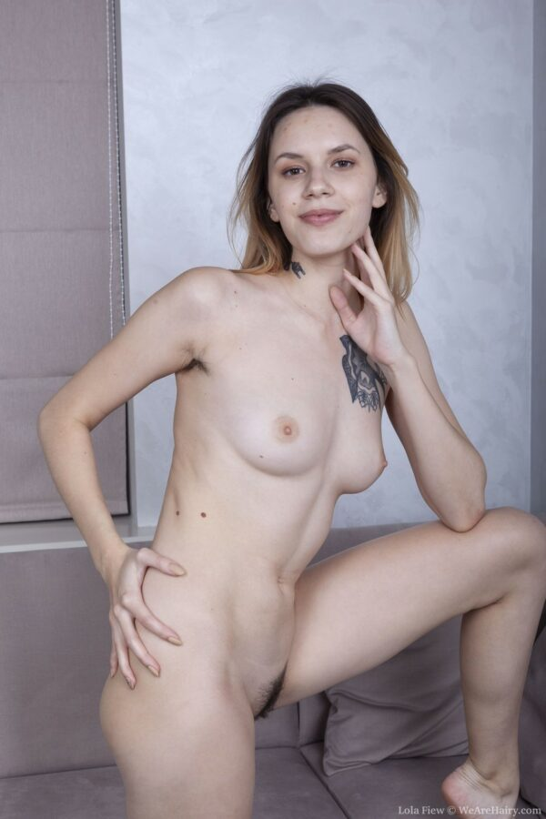 Ninfeta loirinha ficando pelada