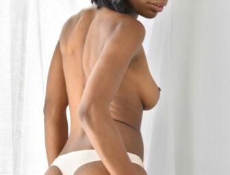 Negra nua exibindo a buceta carnuda