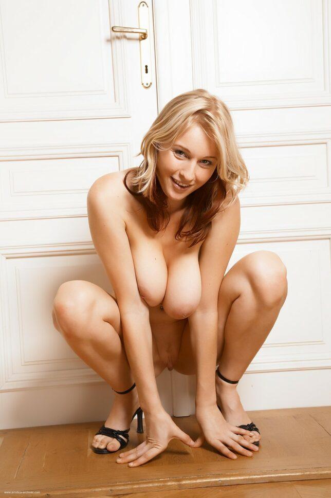 Novinha sapeca tirando a lingerie